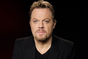 FILE - In this file April 30, 2012 photo, Eddie Izzard poses for a portrait in Los Angeles. Izzard is serious about his latest project: a memoir. The 52-year-old British actor and comedian has a deal with Blue Rider Press, the publisher announced Thursday, Nov. 13, 2014.  (AP Photo/Richard Vogel, File)