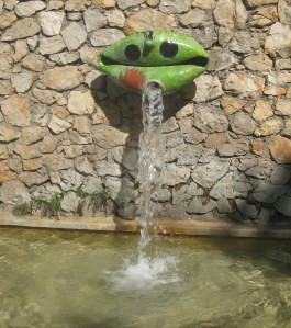 A playful Miro fountain in the garden