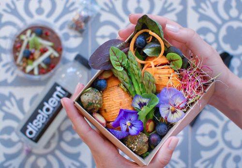 #CONCOURS #FREEFOOD | Nous sommes une startup food healthy vegan dont la mission est de promouvoir une alimentation saine et révolutionnaire. Nos repas sont gourmands et équilibrés, à faible index glycémique et bourrés de micro-nutriments. Ils sont préparés le matin puis livrés dans nos points de vente partenaires à Aix et Marseille. ________________________ 💚Gagnez 2x2 repas #DissidentFood à retirer à Aix ou Marseille. ________________________ Comment participer ? 1️⃣ Follow @dissidentfood 2️⃣ Like la photo 3️⃣ Tag en commentaire au moins 3 amis qui aiment manger de la #vraienourriture ✔️1 tag par commentaire ✔️plus de tags, plus de chances de gagner 👫👭👫 ________________________ Fin du concours : Samedi 2 juin à 18h. Les gagnants seront tirés au sort Dimanche 3 juin à 20h. • • • • #aixmaville #marseille #lesdocksvillage #healthyfood #healthyvegan #faibleindexglycémique #vegan #marseillerebelle #plantbased #yogafood #fitfood #foodporn #crossfitters #foodforthesoul